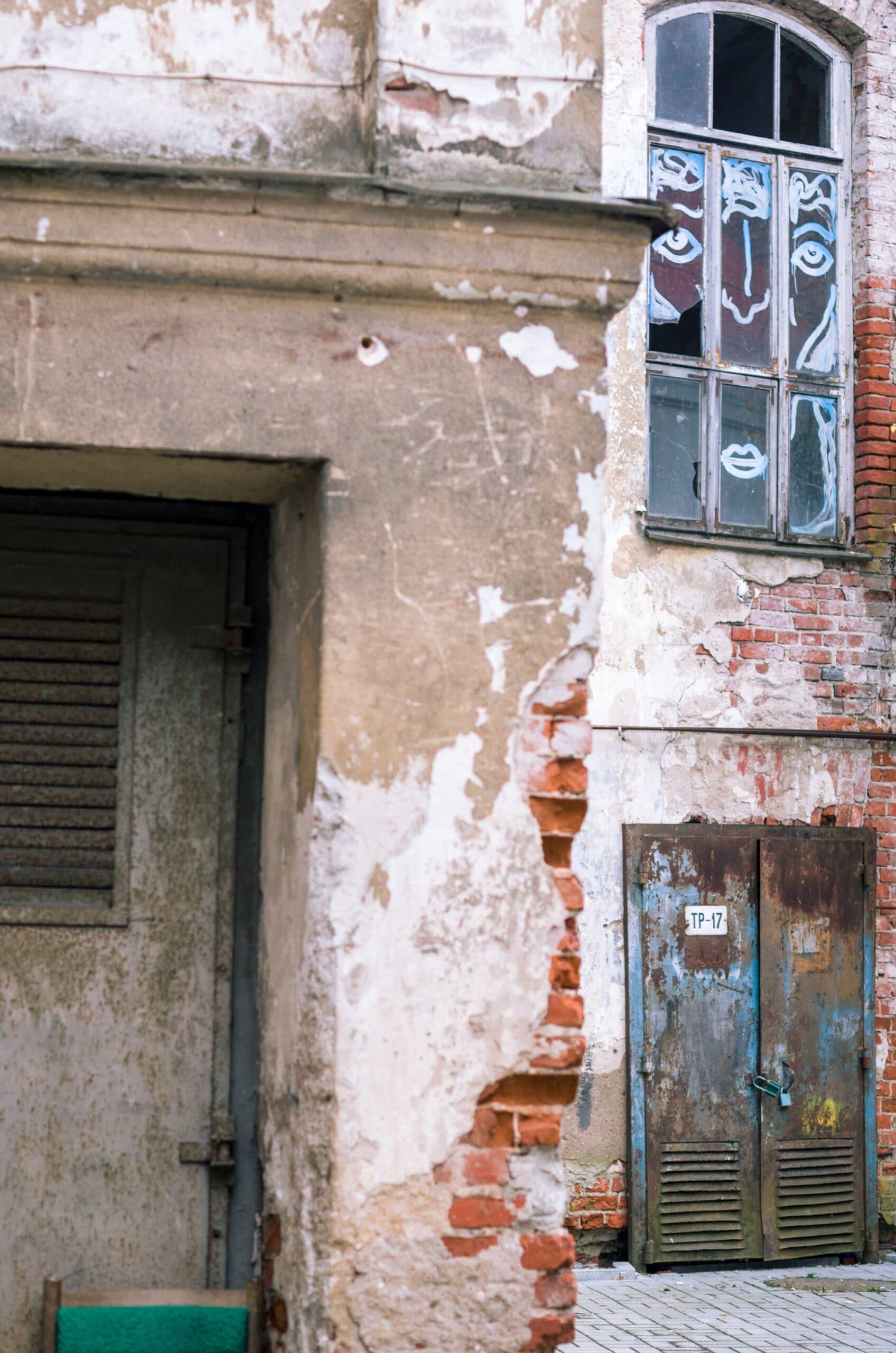 Gatvės menas - veidas ant lango stiklo - Vilmantas Ramonas